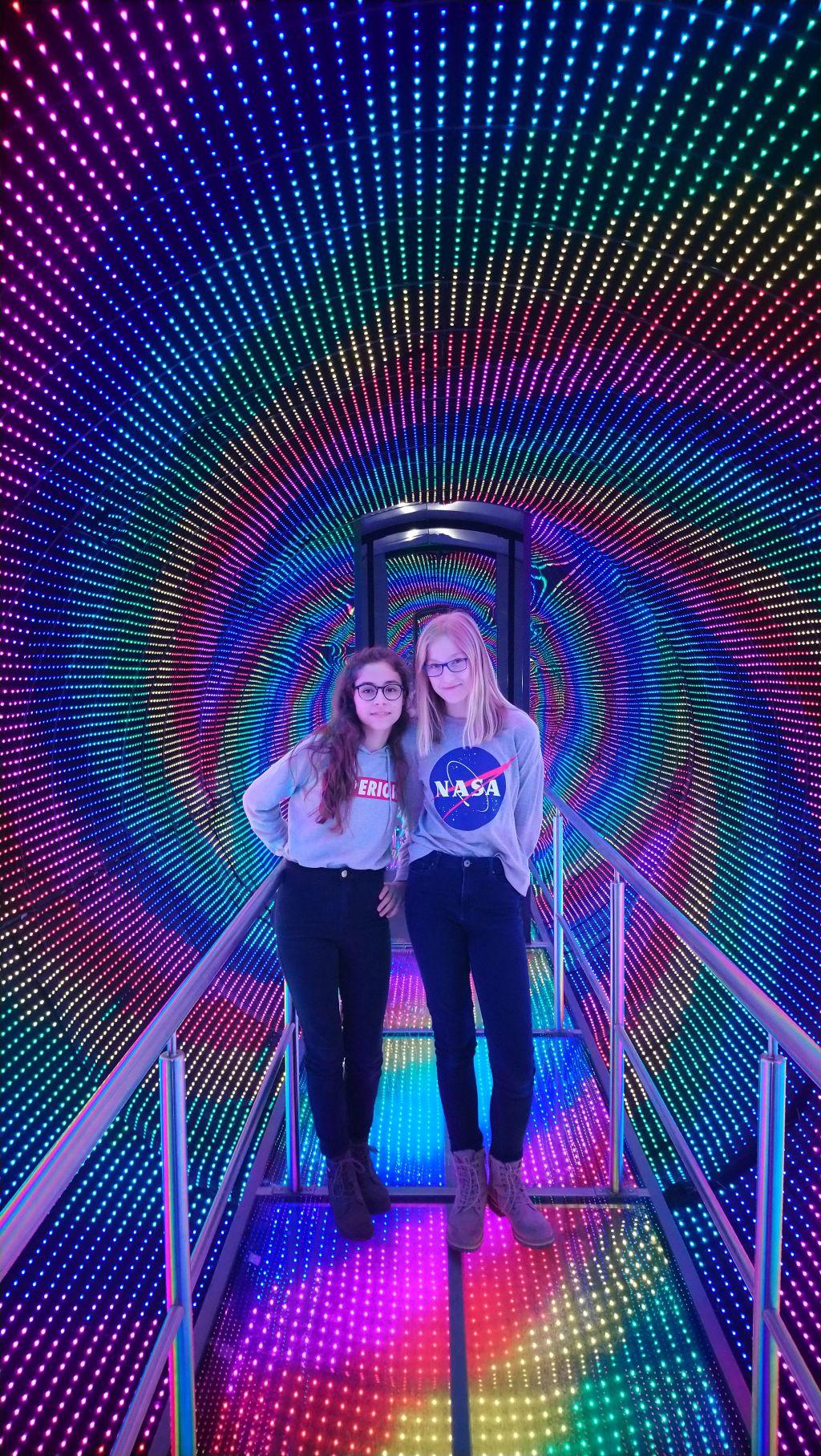 zdjęcie przedstawia dwie dziewczynki w kolorowym tunelu w Iqlandii