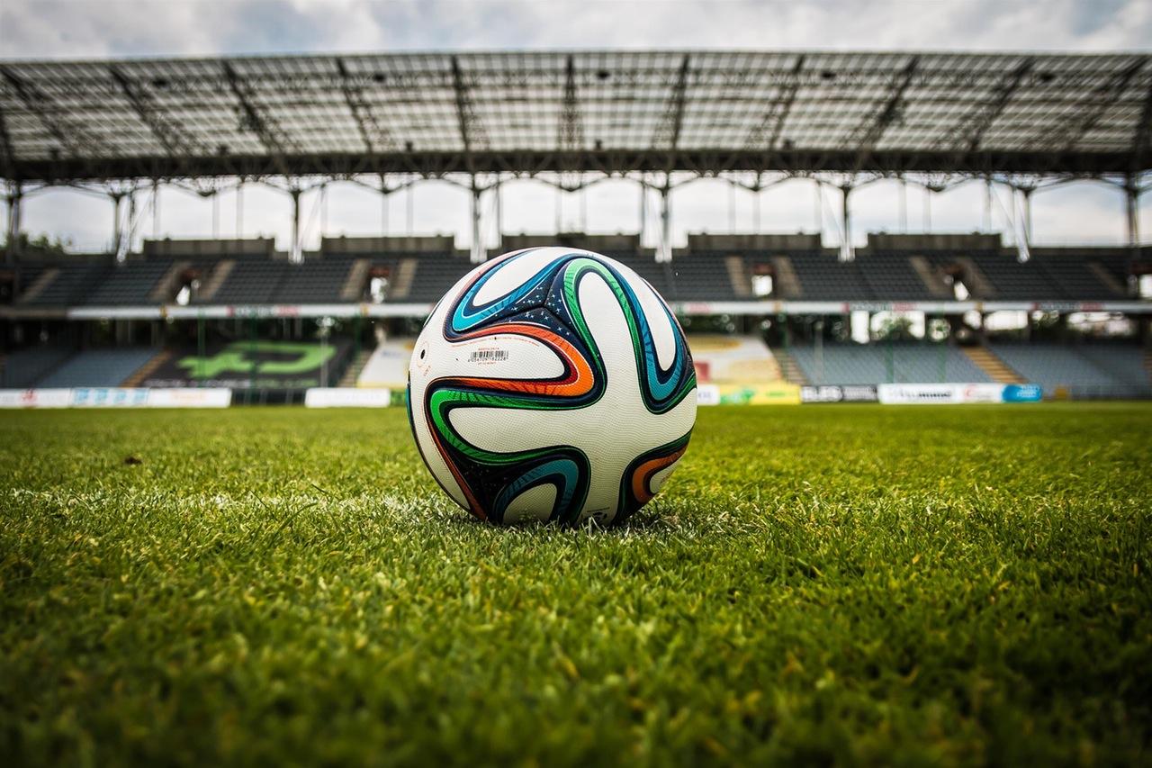 piłka na murawie na stadionie
