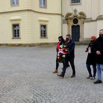 Zdjęcie przedstawiające marsz przedstawicieli gminy, w celu złożenia kwiatów pod krzyżem