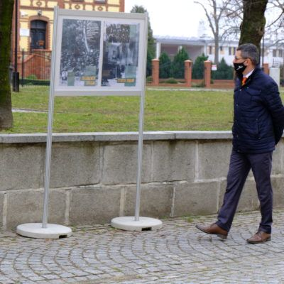 Zdjęcie przedstawiające Wójta Rafała Plezię oglądającego i czytającego wystawę