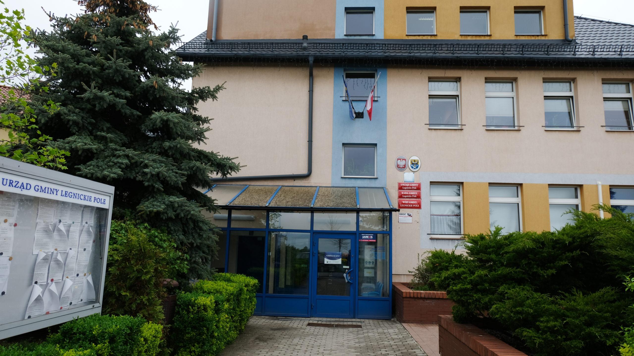 zdjęcie przedstawiające budynek urzędu gminy w legnickim polu