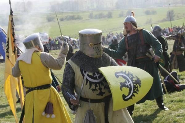 zdjęcie przedstawia wojownika z tarczą i mieczem