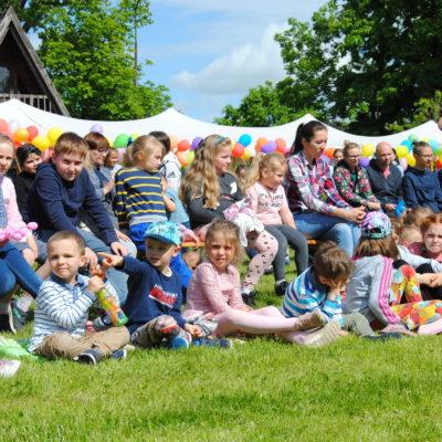 zdjęcie przedstawia dzieci bawiące się na festynie z okazji dnia dziecka