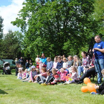 zdjęcie przedstawia dzieci oglądające spektakl z klaunem
