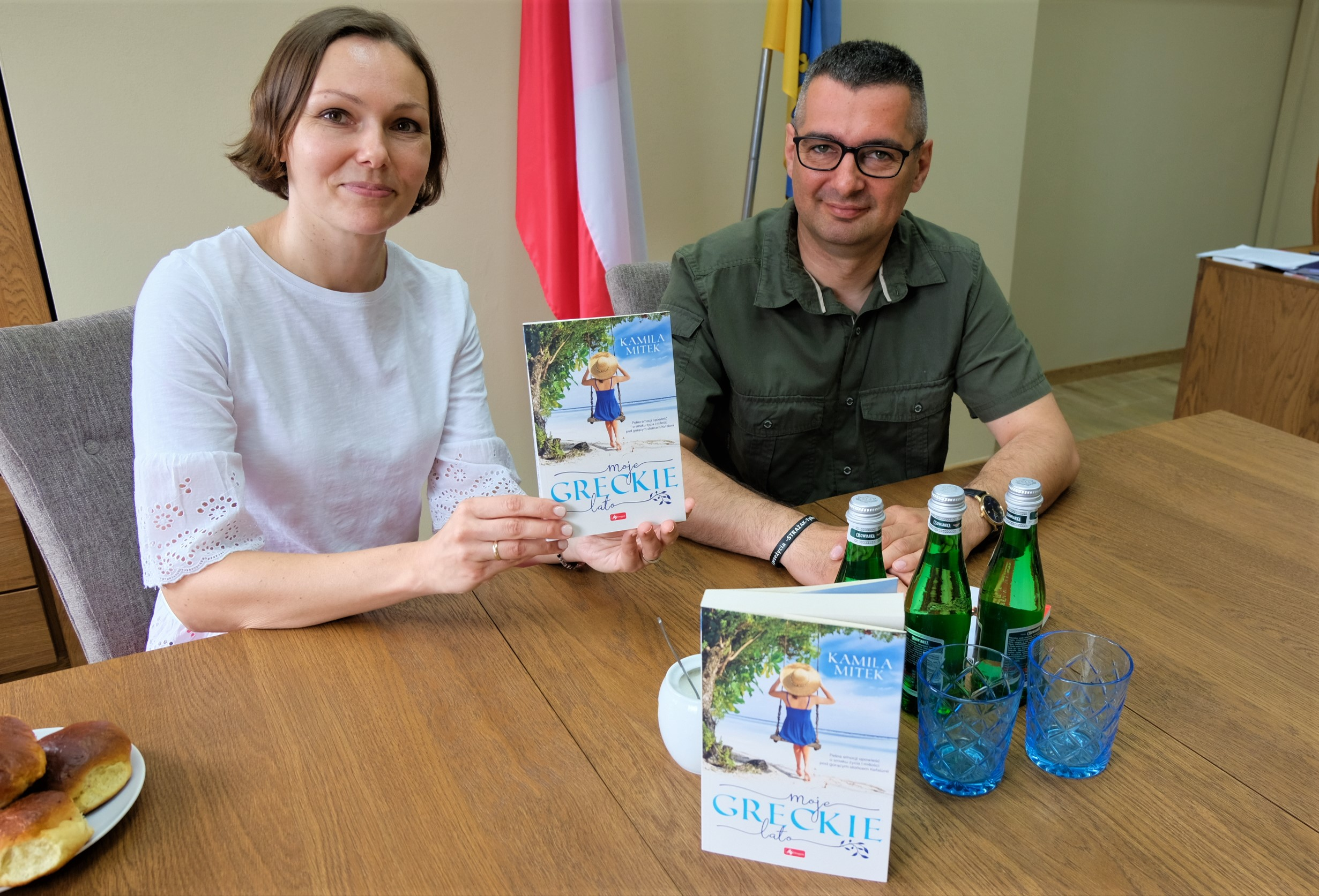 zdjęcie przedstawia wójta gminy Legnickie Pole i autorkę książki moje greckie lato