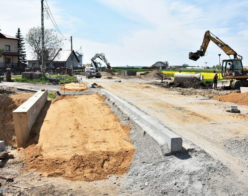 zdjęcie przedstawia budowę drogi gminnej oraz roboty drogowe